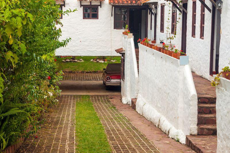 Une allée de jardin peut combiner pavés et pelouse