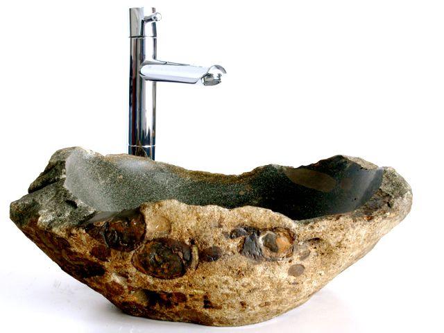 Une vasque d'évier en pierre naturelle