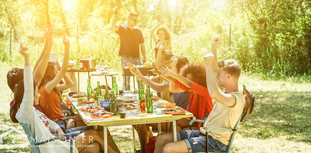 famille jardin barbecue