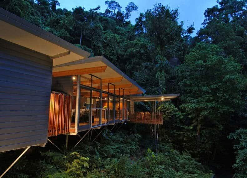 Le fronton de la maison dans les arbres