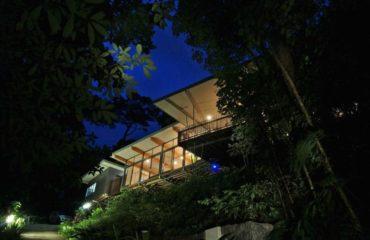 La maison dans les arbres dans la nuit