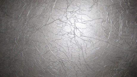 Un mur recouvert de papier de soie peint